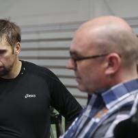 Antti Ruuskanen ja Jarmo Hirvonen Kihun testituloksia tutkimassa