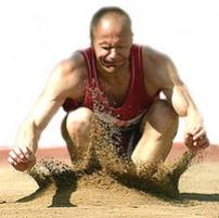 Veteraaniurheilija hyppää pituutta