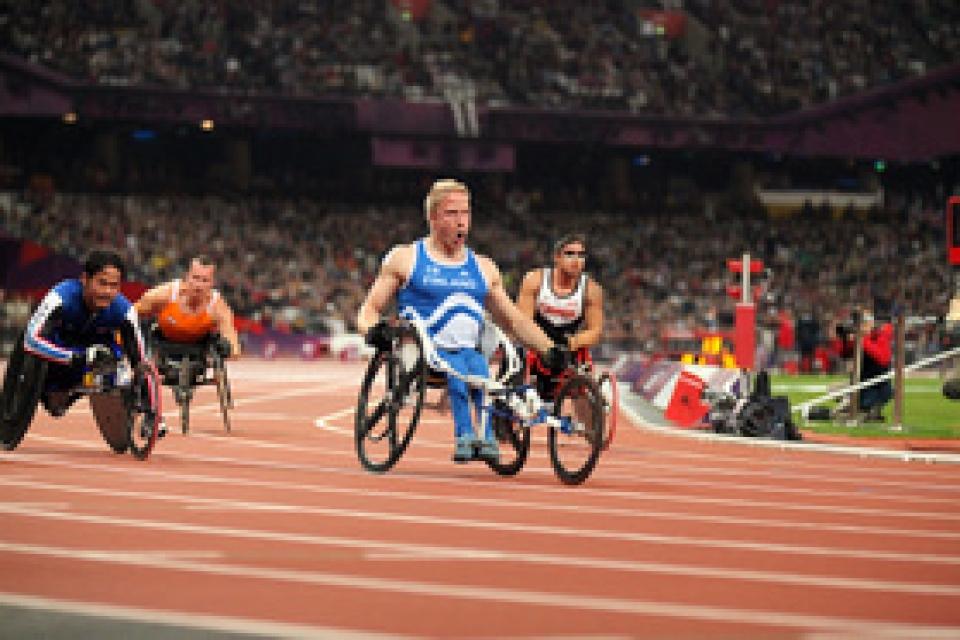 Leo-Pekka Tähti Lontoon paralympiakisojen maailmanennätyskelauksen maalissa 1.9.2012