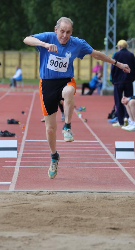 Aatos Sainio hyppäsi 90-vuotiaiden maailmanennätyksen