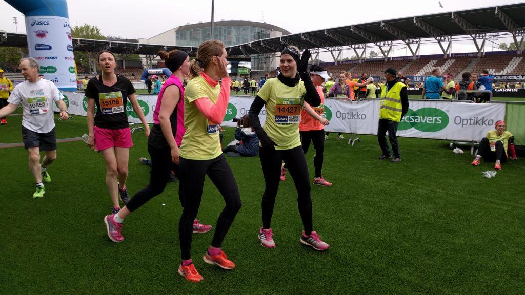 Sää ei lannistanut juoksijoiden tunnelmaa Helsinki City Runilla