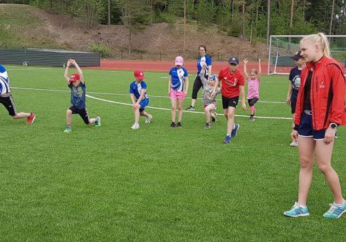 Valtakunnallinen yleisurheiluviikko käynnistyi – urheilijavierailut avannut Astrid Snäll viihtyi Tammelassa