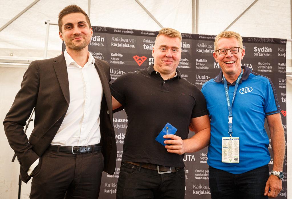 Arttu Kangas (keskellä) sai hakamiesmerkin Suomen Urheiluliiton puheenjohtajalta Sami Itanilta ja SUL:n toimitusjohtajalta Harri Aallolta.
