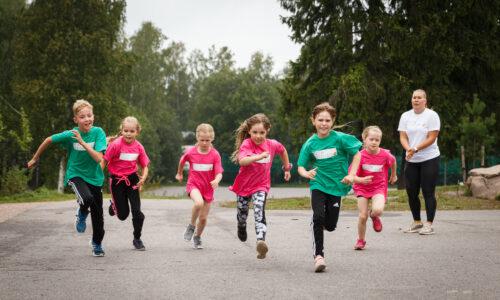 Anniina Kortetmaa ja Oskari Mörö innoittavat lapsia liikkumaan Nestlé Yleisurheilukerhoissa
