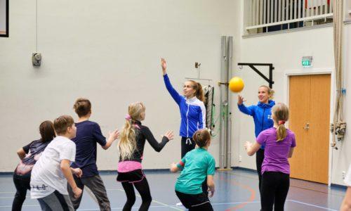 Richardsson ja Pullola loihtivat säpinää Hietalahden koulun jumppasaliin